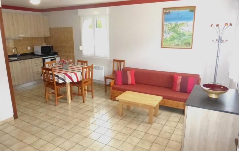 Location de vacances - Gîte à Esquièze-Sère - Séjour et cuisine  et Meuble à chaussures