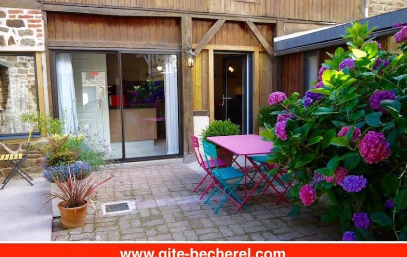 Location de vacances - Gîte à Bécherel - Petite cour privative partagée avec tables et chaises d'extérieur