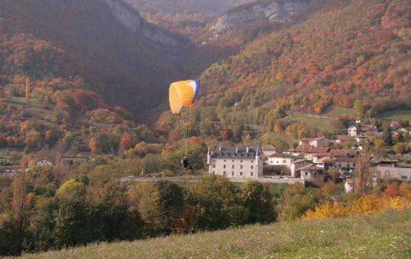 Location de vacances - Gîte à Saint-Vincent-de-Mercuze - Possibilité de parapente. Décollage juste au dessus du château