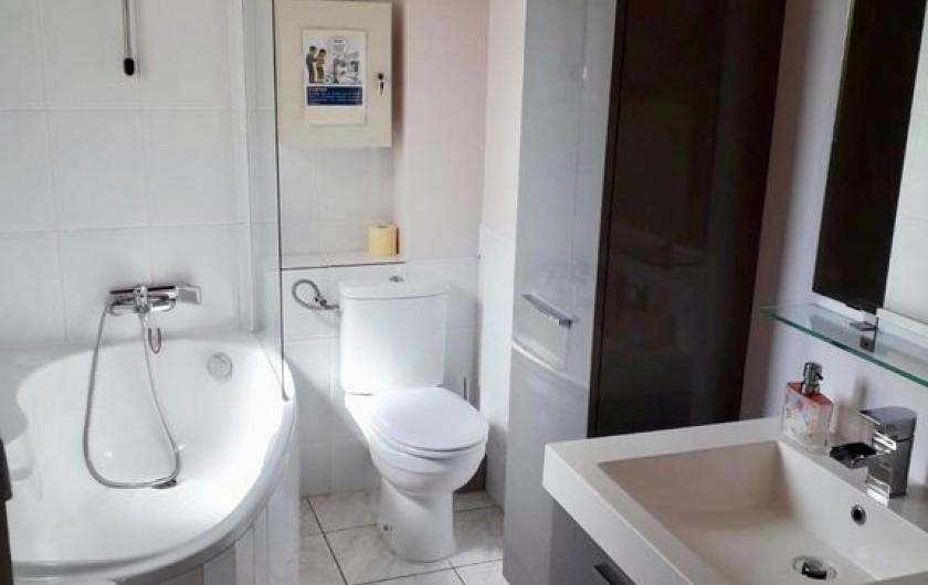 Location de vacances - Maison - Villa à Six-Fours-les-Plages - Salle de bain, au 1er étage, baignoire/douche, toillettes, 2 vasques.