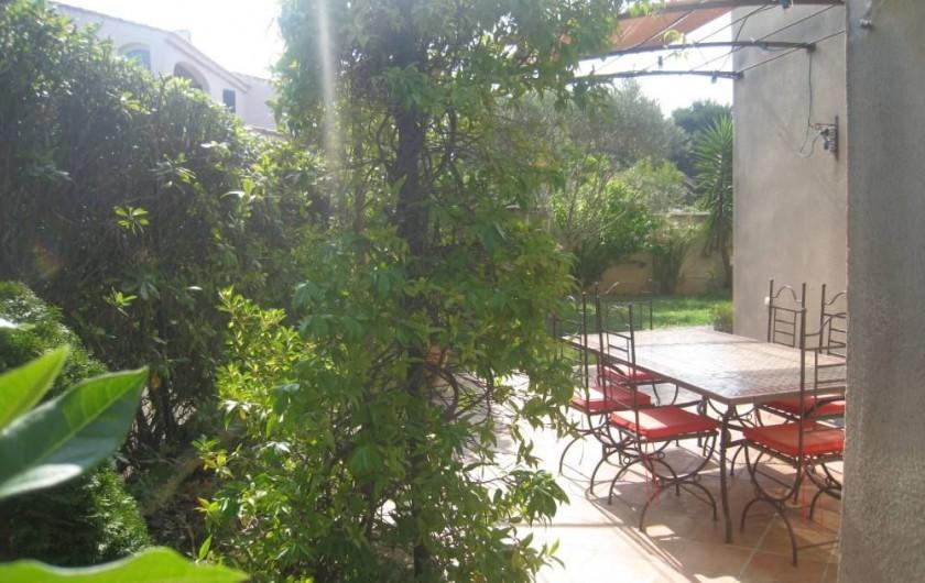 Location de vacances - Maison - Villa à Six-Fours-les-Plages - Terrasse Nord, terre cuite, pergola.
