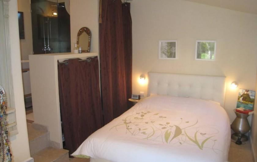Location de vacances - Maison - Villa à Six-Fours-les-Plages - Chambre 1, au rez de chaussée, baie vitrée donnant sur terrasse.