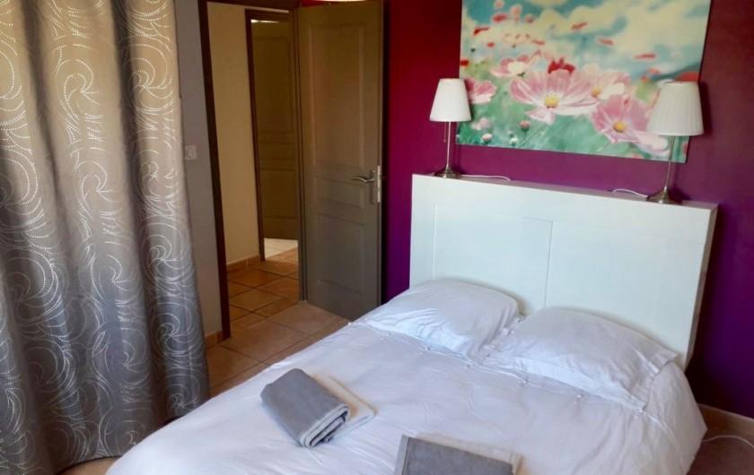 Location de vacances - Maison - Villa à Six-Fours-les-Plages - Chambre 3, au 1er étage, rangements, une fenêtre.