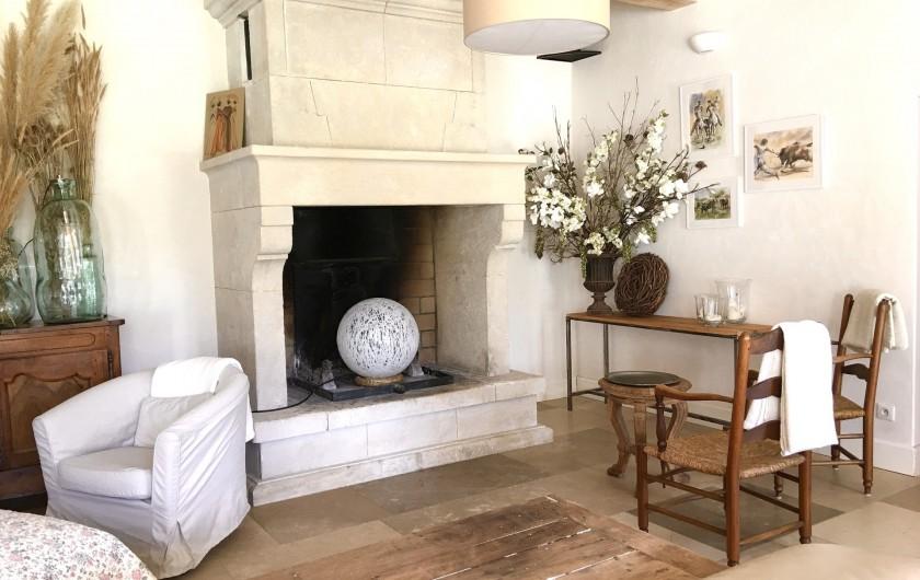 Location de vacances - Mas à Saint-Rémy-de-Provence - Le coin cheminée au mas des pampres