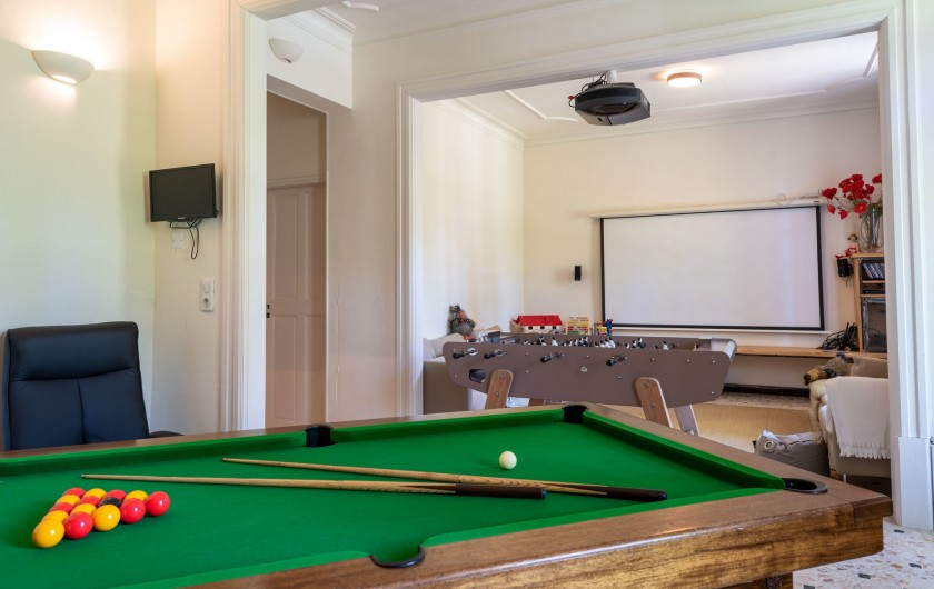 Location de vacances - Mas à Saint-Rémy-de-Provence - salle de jeux avec home cinema