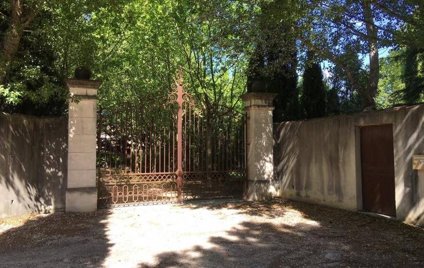 Location de vacances - Mas à Saint-Rémy-de-Provence - Grand portail électrique à l'entrée du mas des Pampres