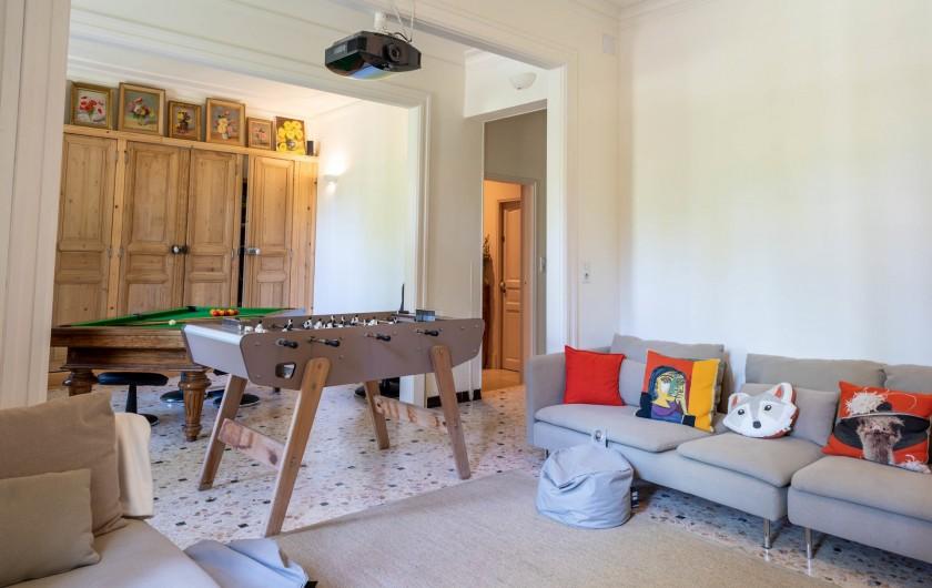 Location de vacances - Mas à Saint-Rémy-de-Provence - salle de jeux avec grand canapé