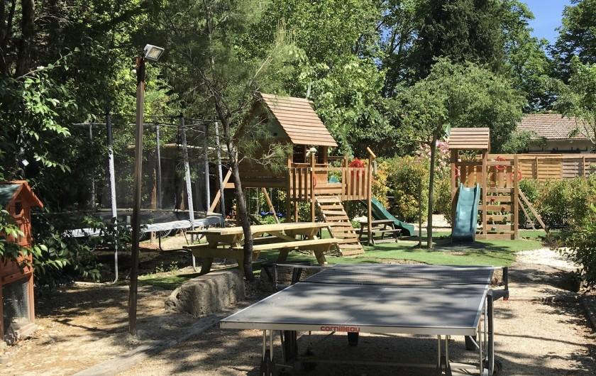Location de vacances - Mas à Saint-Rémy-de-Provence - coin jeux, table ping pong, trampoline