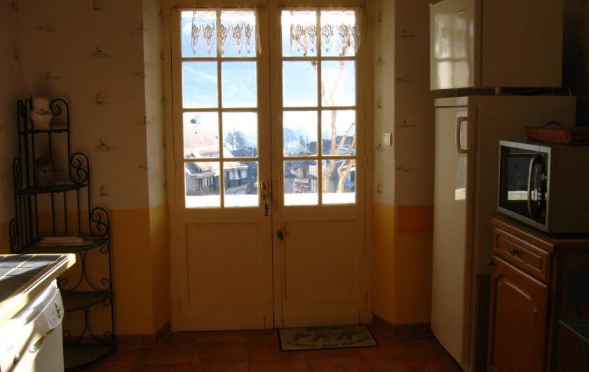 Location de vacances - Appartement à Argelès-Gazost - porte de la cuisine donnant sur la loggia et vue panoramique sur Hautacam