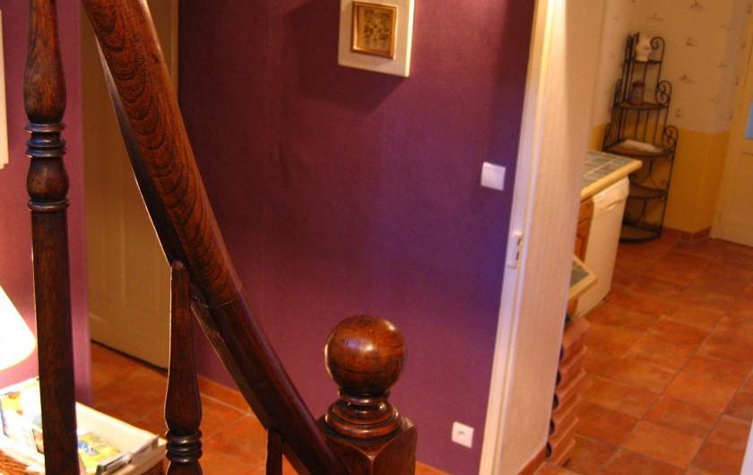 Location de vacances - Appartement à Argelès-Gazost - vue de l'escalier sur la cuisine