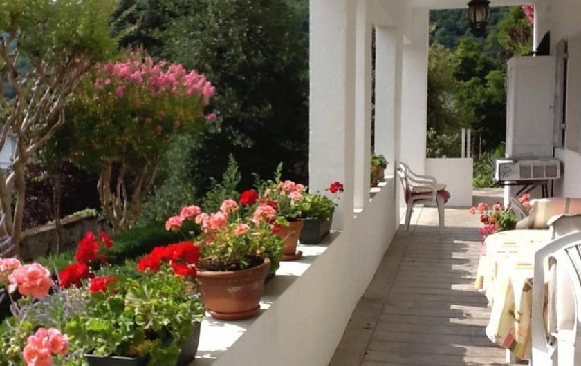 Location de vacances - Appartement à Argelès-Gazost - la loggia devant le gîte