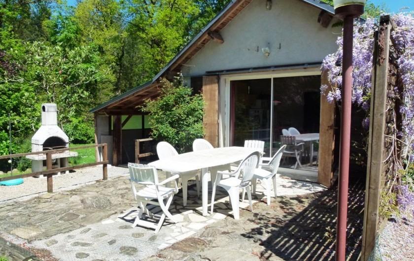 Location de vacances - Chambre d'hôtes à Pont-de-Larn - Terrasse équipé d'une BBQ. Vue sur la piscine et Mazamet