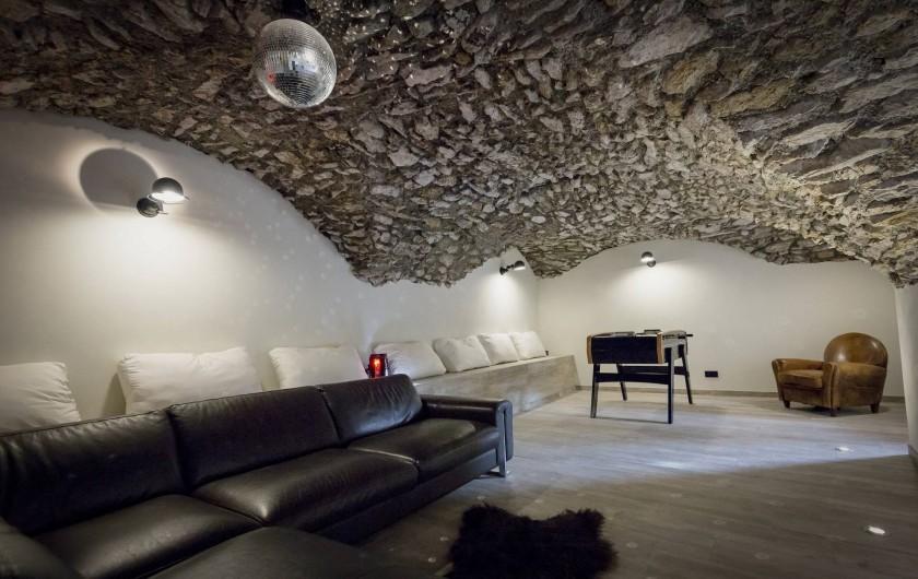 Location de vacances - Chalet à Vars - Salle voutée avec bar, babyfoot, éclairage soirée...