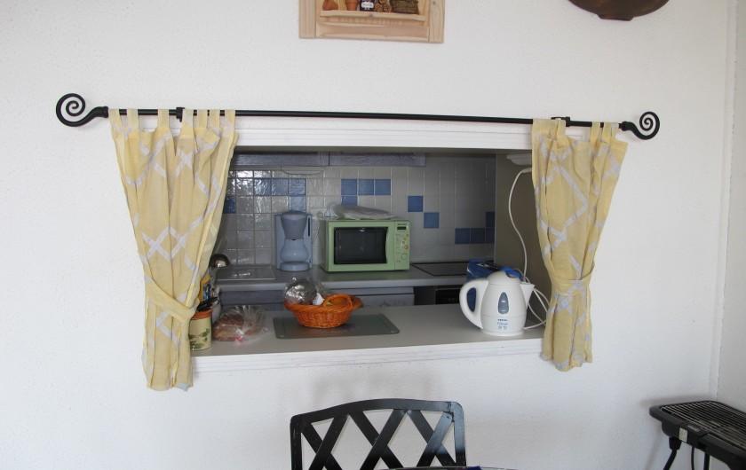 Location de vacances - Appartement à La Grande-Motte - Cuisine vue depuis le passe-plat de la salle de séjour