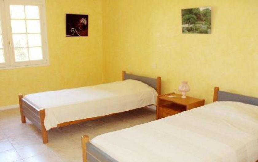 Location de vacances - Appartement à Éguilles - Chambre 2 lits de 200 x 100, bureau, chaise, grand placard de rangement WIFI.