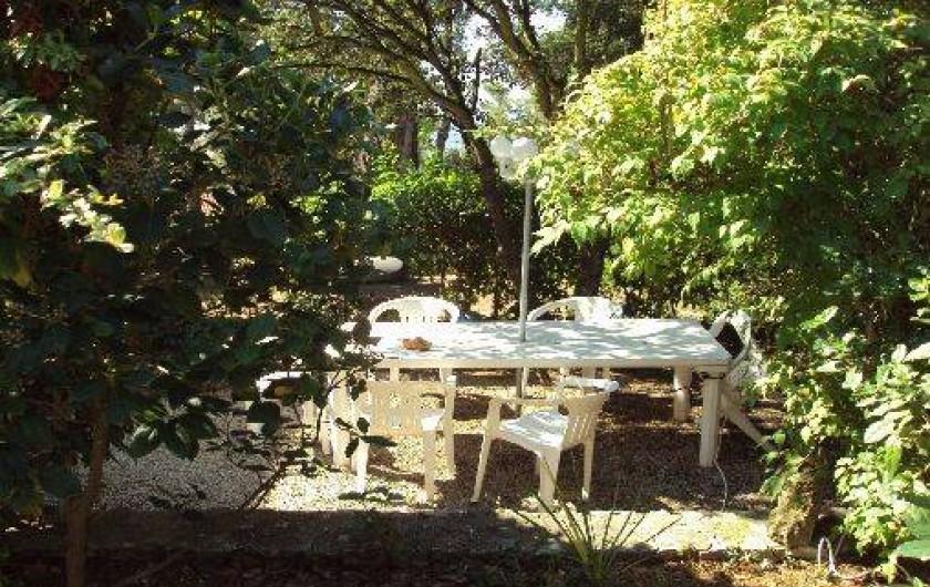 Location de vacances - Appartement à Éguilles - Un coin de paradis fort apprécié; Discret où il fait bon prendre ses repas...