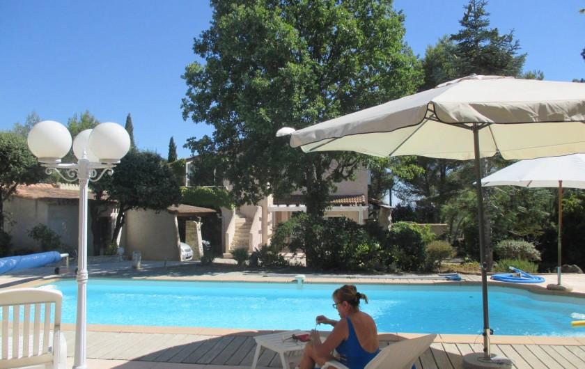 Location de vacances - Appartement à Éguilles - Piscine ensoleillée toute la journée, T° 28 assuré l'été, & abris parasols