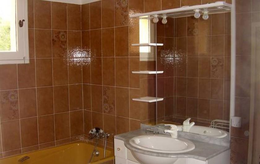 Location de vacances - Appartement à Éguilles - Salle de bain : baignoire, douche, lavabo. WC indépendant