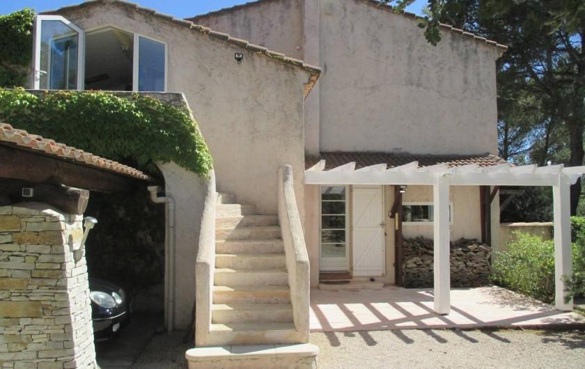 Location de vacances - Appartement à Éguilles - En haut de l'escalier, c'est votre entrée. Elle donne sur piscine & jardin...