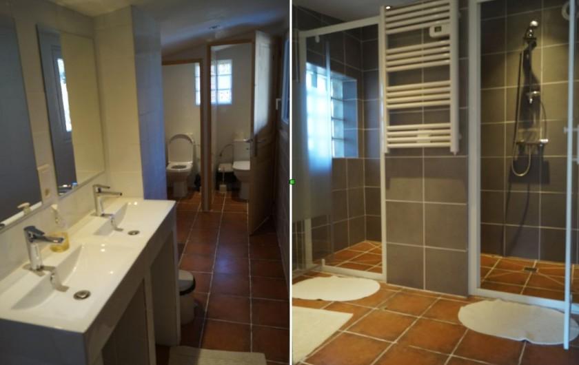 Location de vacances - Gîte à La Rochette - Une des salles d'eau du 6 pièces. Il contient 3 douches, 3 WC et 5 lavabos.