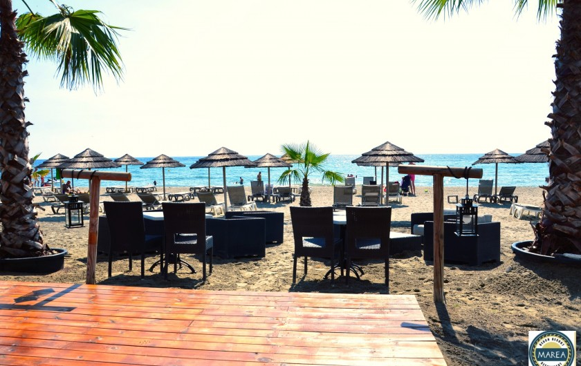 Location de vacances - Appartement à Santa-Lucia-di-Moriani - La plage et son restaurant en bord de mer.