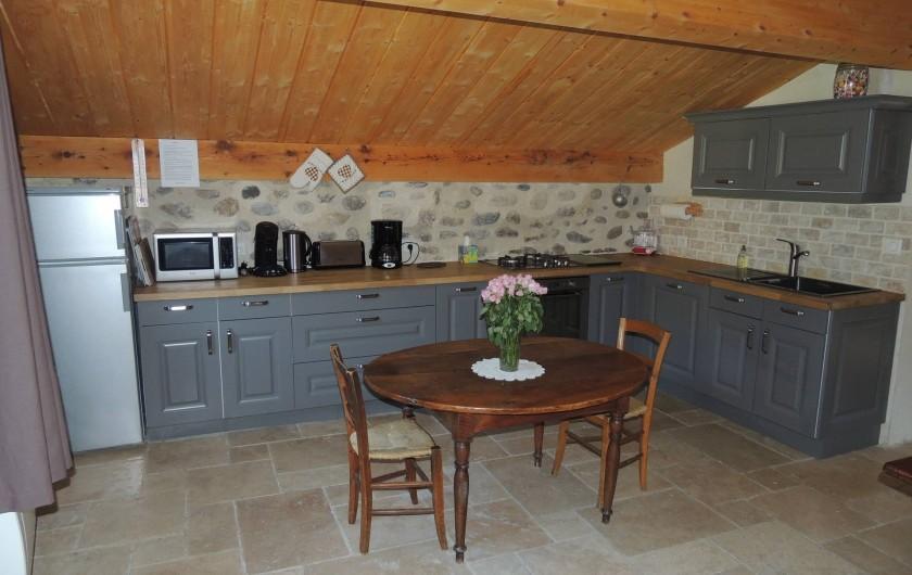 Location de vacances - Gîte à Saint-Fortunat-sur-Eyrieux - le spacieux coin cuisine