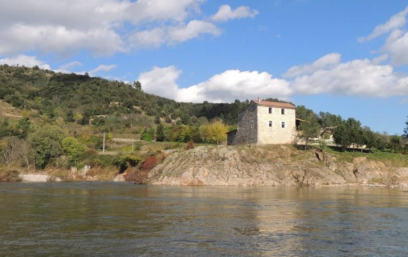 Location de vacances - Gîte à Saint-Fortunat-sur-Eyrieux - en bordure de l'eau: l'emplacement du gîte