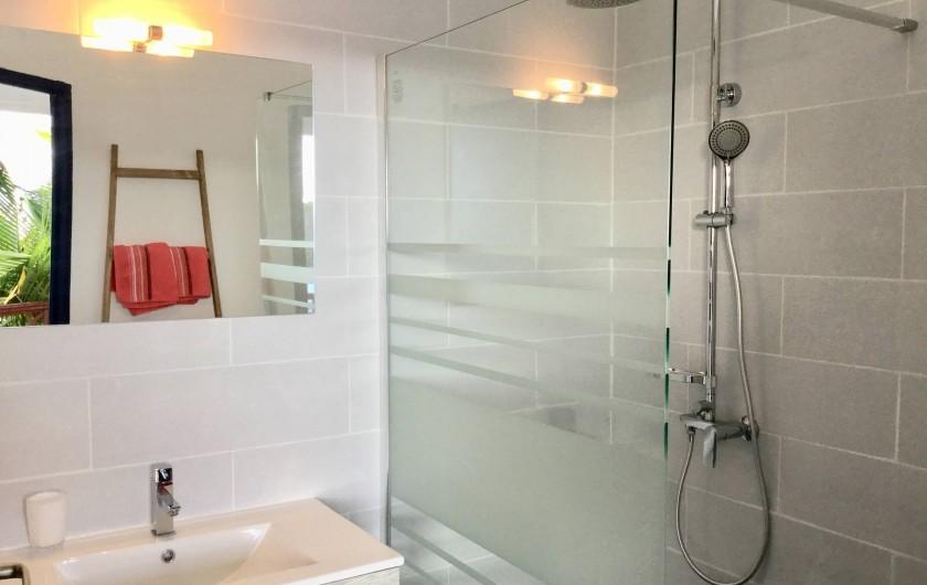 Location de vacances - Villa à Sainte-Anne - chambre 1 salle d'eau