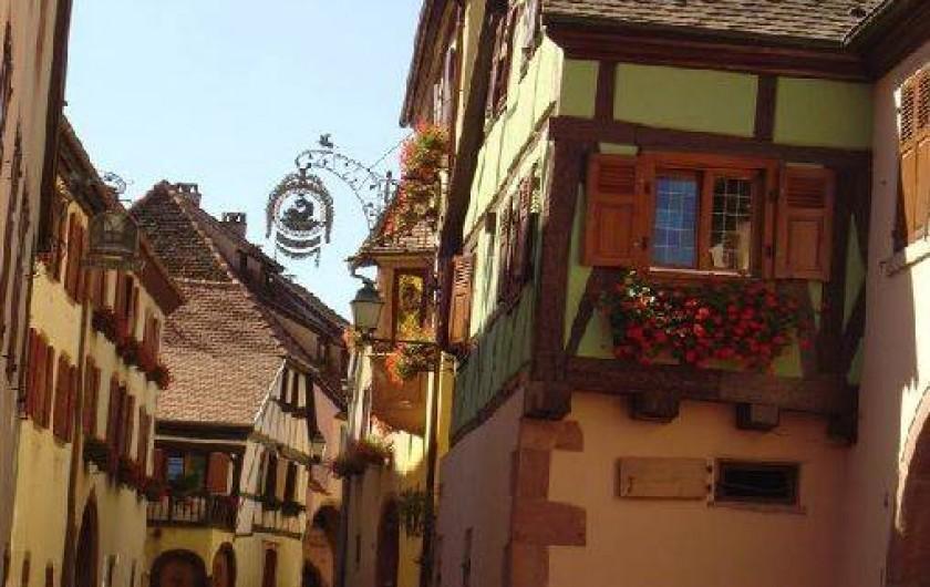 Location de vacances - Gîte à Gueberschwihr - Gueberschwihr, ses façades colorées et fleuries