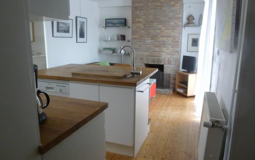 Location de vacances - Maison - Villa à Agon-Coutainville - cuisine et salle de séjour donnant sur la terrasse