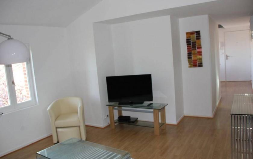 Location de vacances - Gîte à Albi - Autre vue du salon avec télé écran plat.