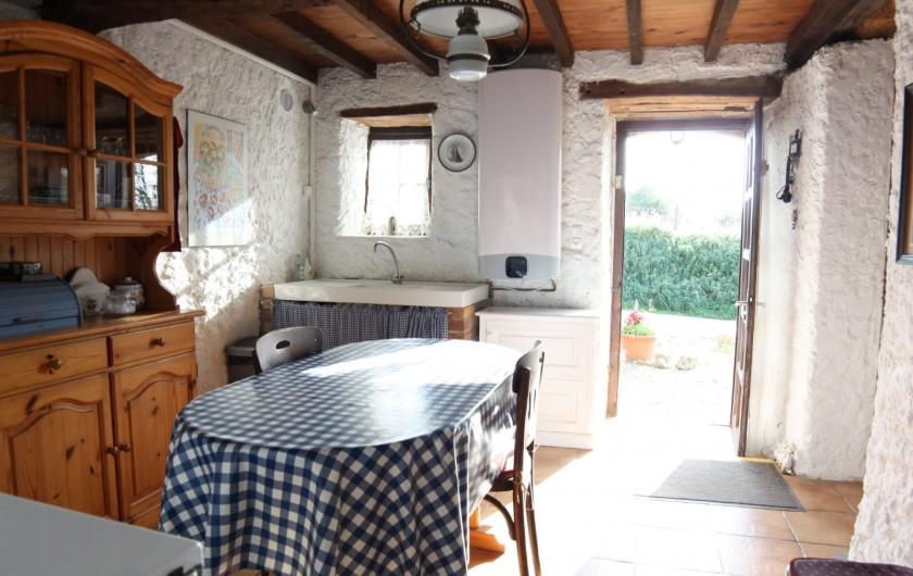Location de vacances - Gîte à Picauville - Une cuisine équipée d une table quatre chaises un buffet vaisselle pour 4
