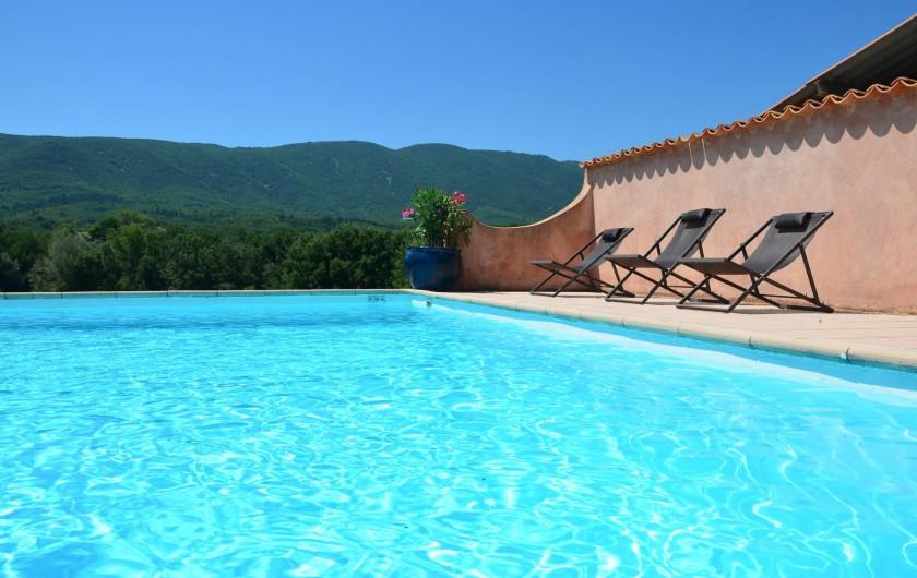 Location de vacances - Mas à Céreste - Chambre avec vue sur le Luberon : lit 160X200