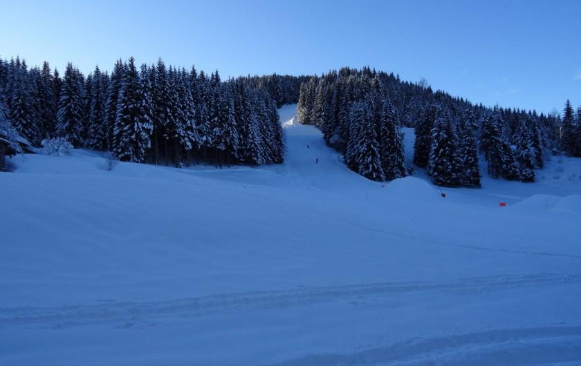 Location de vacances - Chalet à Les Gets - piste B de ski, vue terrasse