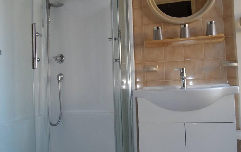 Location de vacances - Gîte à Allassac - Salle de bain + WC indépendant au rez de chaussez