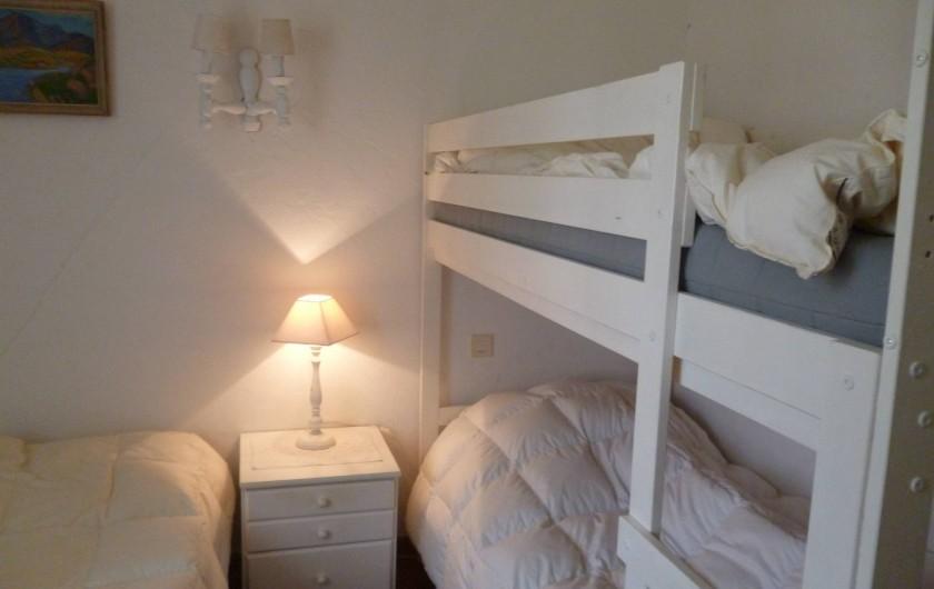 Location de vacances - Villa à Roussas - Chambre au Nord avec un grand lit 120 cm et 2 lits superposés
