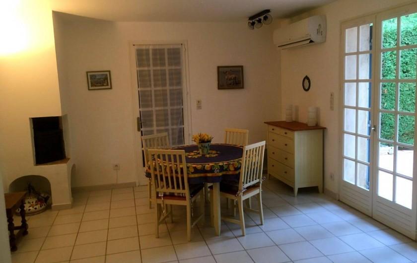 Location de vacances - Villa à Sainte-Maxime - le salon / salle à manger