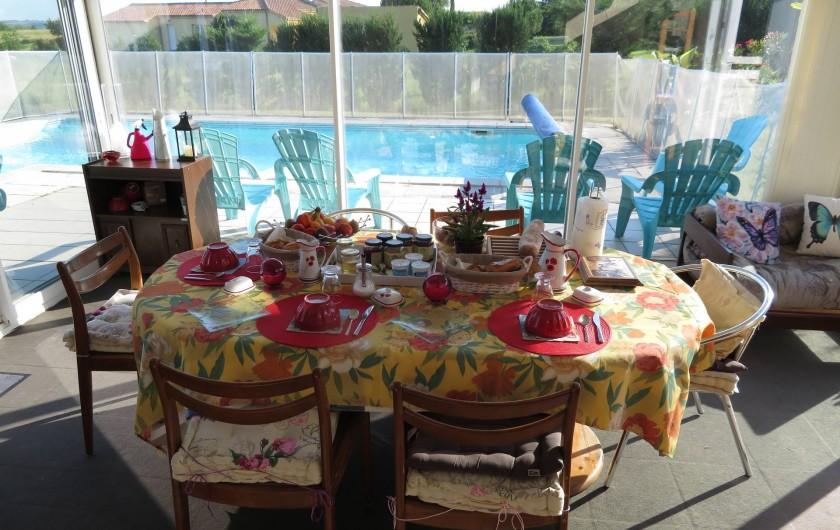 Location de vacances - Chambre d'hôtes à Donzac - La Table du Petit Déjeuner avec vue sur la piscine