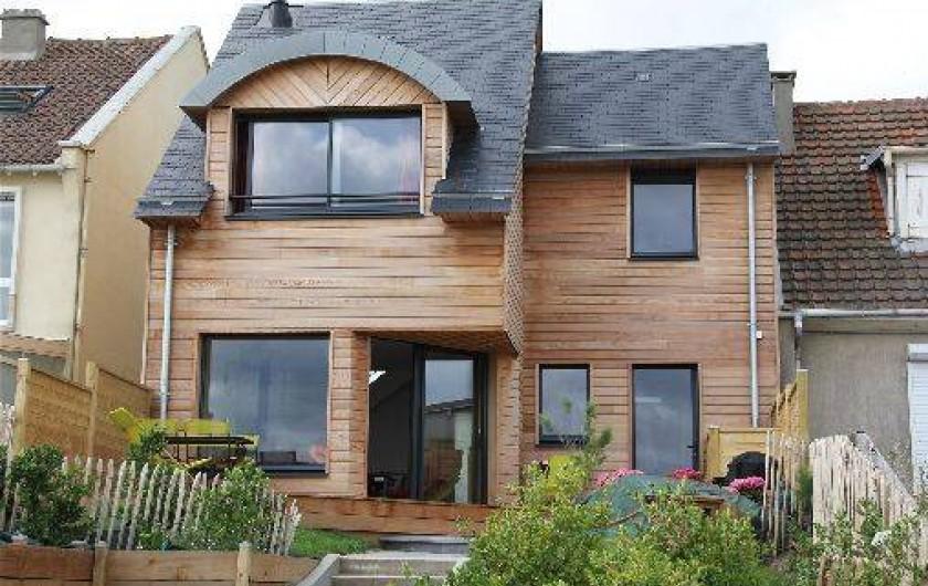 Location de vacances - Gîte à Langrune-sur-Mer - façade nord côté digue, plage et mer à quelques marches de la terrasse...