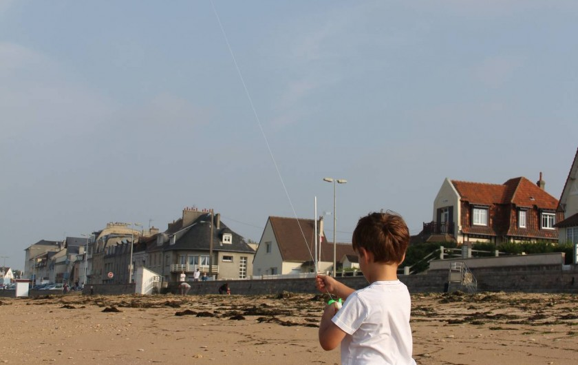 Location de vacances - Gîte à Langrune-sur-Mer - Un peu de vent et c'est la découverte du cerf-volant...