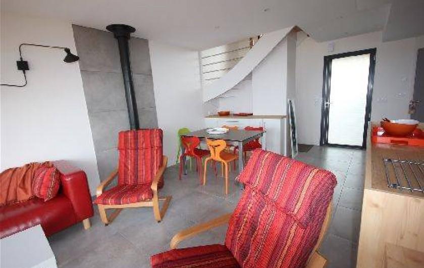 Location de vacances - Gîte à Langrune-sur-Mer - Séjour, salon, table 4/8, escalier,  entrée et bar cuisine.