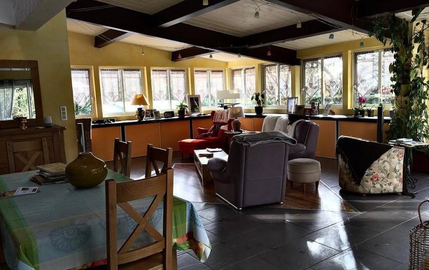 Location de vacances - Chambre d'hôtes à Grayan-et-l'Hôpital - Salle commune de vie de 50m2 lumineuse donnant sur la terrasse orientée sud-est