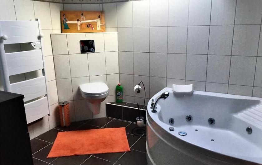 Location de vacances - Chambre d'hôtes à Grayan-et-l'Hôpital - Salle de bain de 10m2 avec baignoire de balnéothérapie