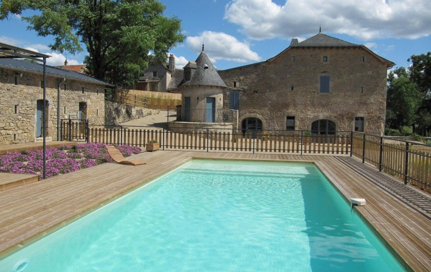 Location de vacances - Gîte à Roussennac - Vue du Mas depuis la piscine