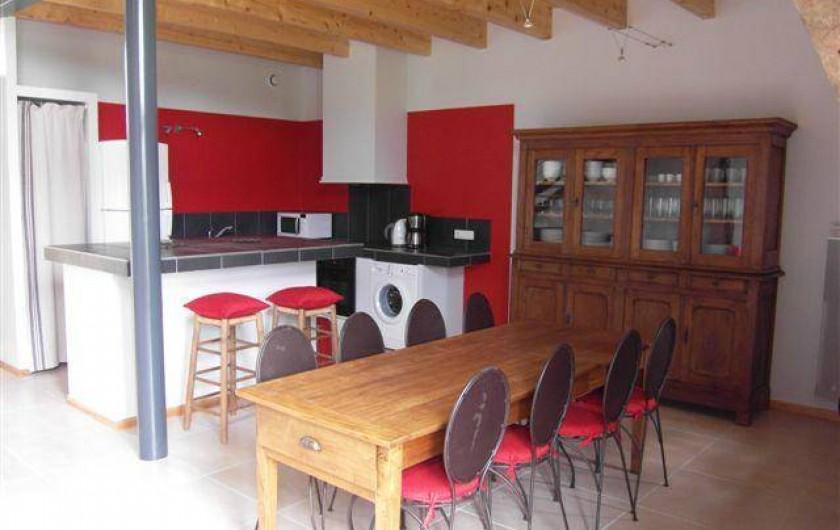 Location de vacances - Gîte à Roussennac - Salle à manger du gîte avec cuisine américaine