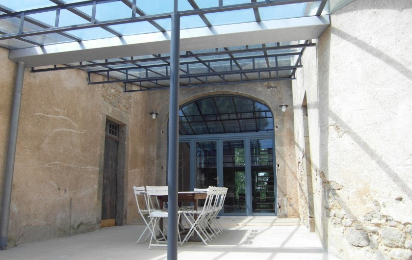 Location de vacances - Gîte à Roussennac - Terrasse couverte à l'entrée du gîte
