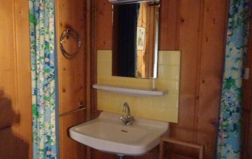 Location de vacances - Chalet à Les Houches - Coin lavabo de la chambre