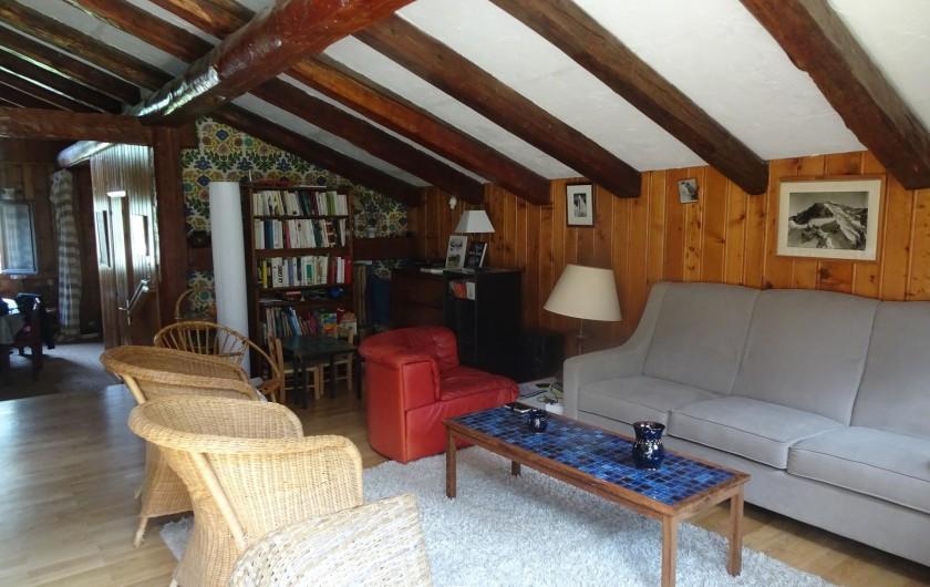 Location de vacances - Chalet à Les Houches - Le salon et sa bibliothèque