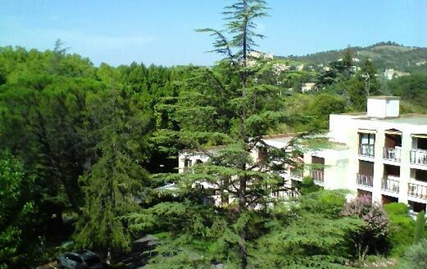 Location de vacances - Studio à Gréoux-les-Bains - Vue du studio, orientation S/O