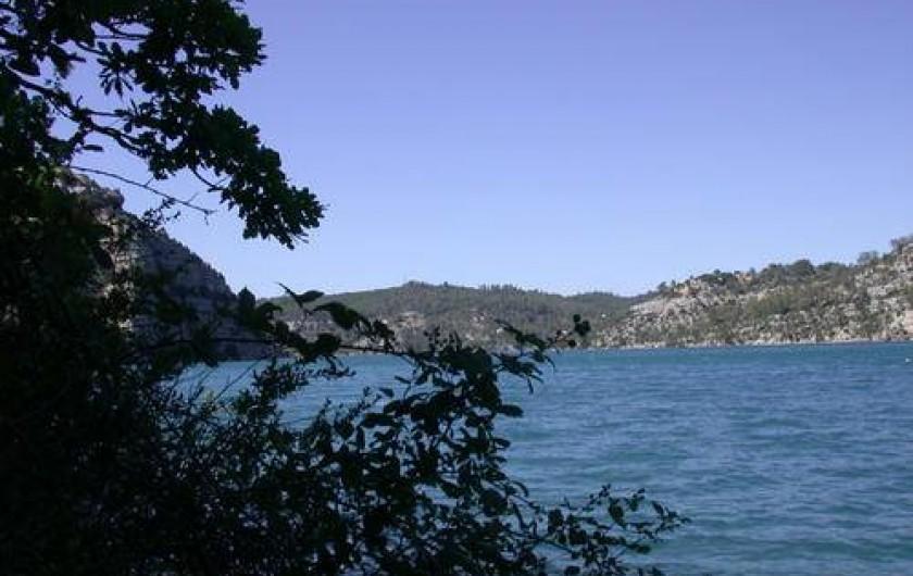 Location de vacances - Studio à Gréoux-les-Bains - Le lac d'Esparron